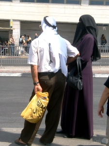 Pareja musulmana esperando el autobús en Jerusalem.