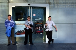 A punto de ver a Les Luthiers en un teatro de Madrid, España.
